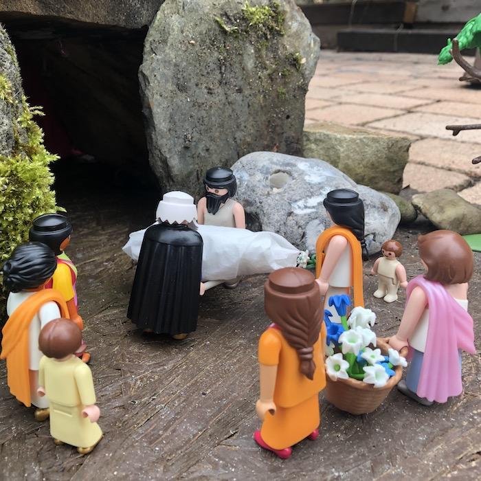 14. Station: Jesus wird in das Grab gelegt (Johanna)